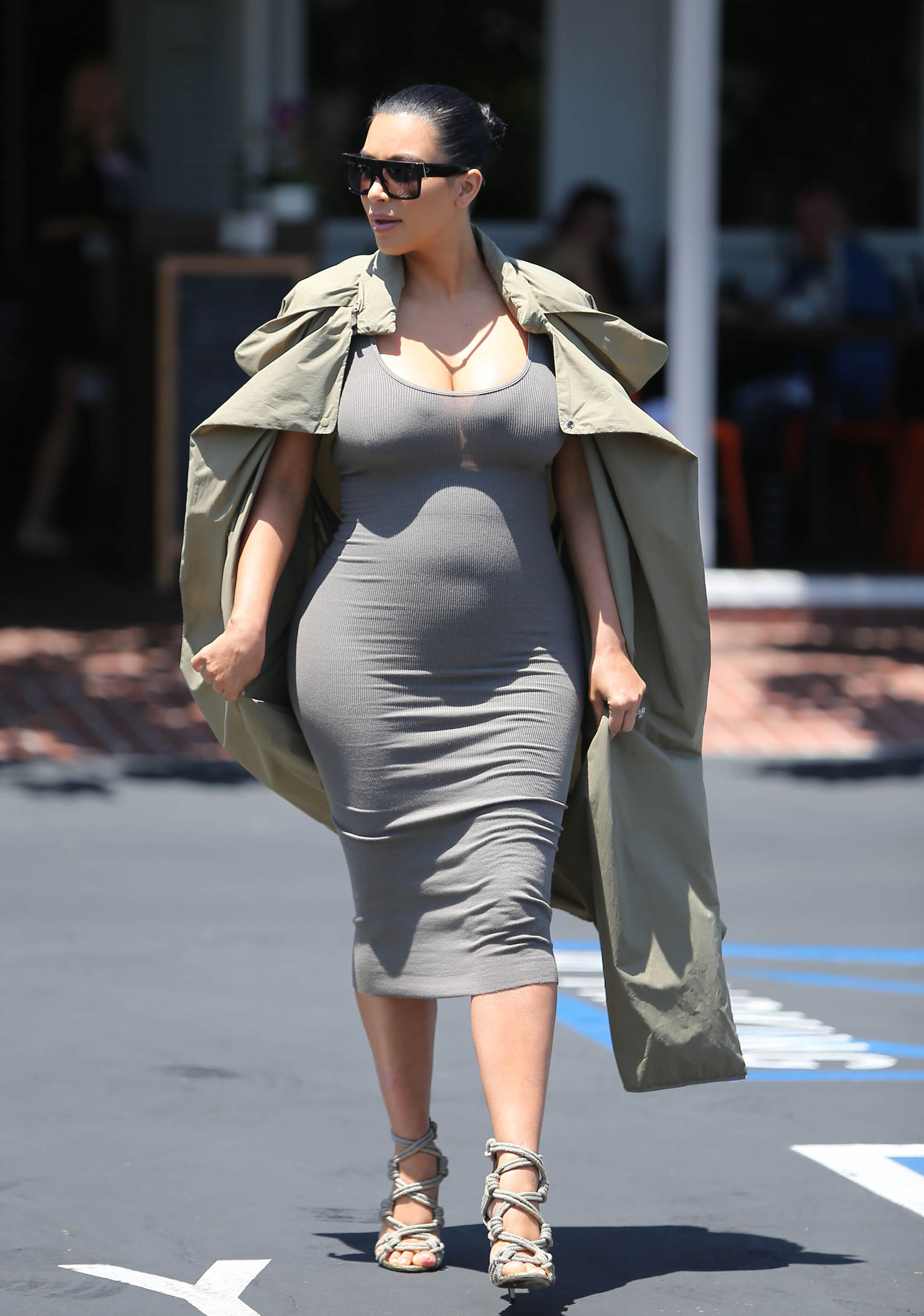 Kim Kardashian Orders Personal Assistant To Carry An ...