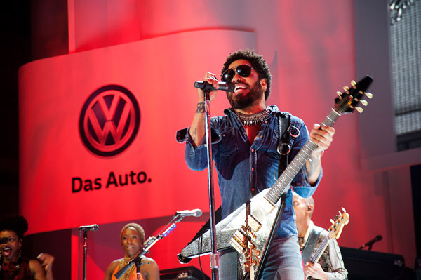 Lenny-Kravitz-performs-some-of-his-hit-songs-during-a-performance-at-the-New-2016-Volkswagen-Passat-Launch11