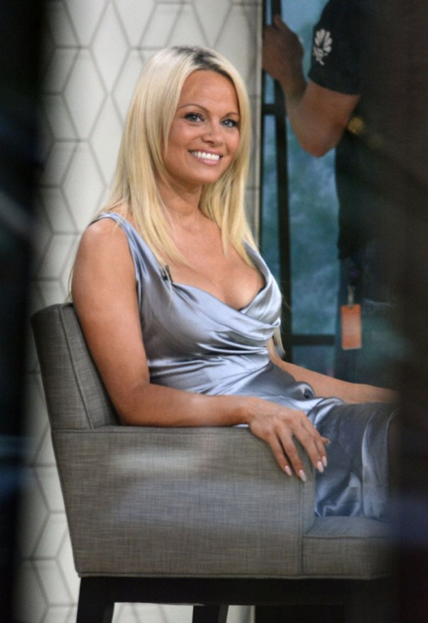 pamela-anderson-nude-photo-celebrates-cured-hepatitis-c-002