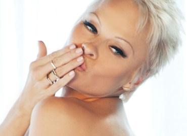 Pamela Anderson strips in steamy a PETA video