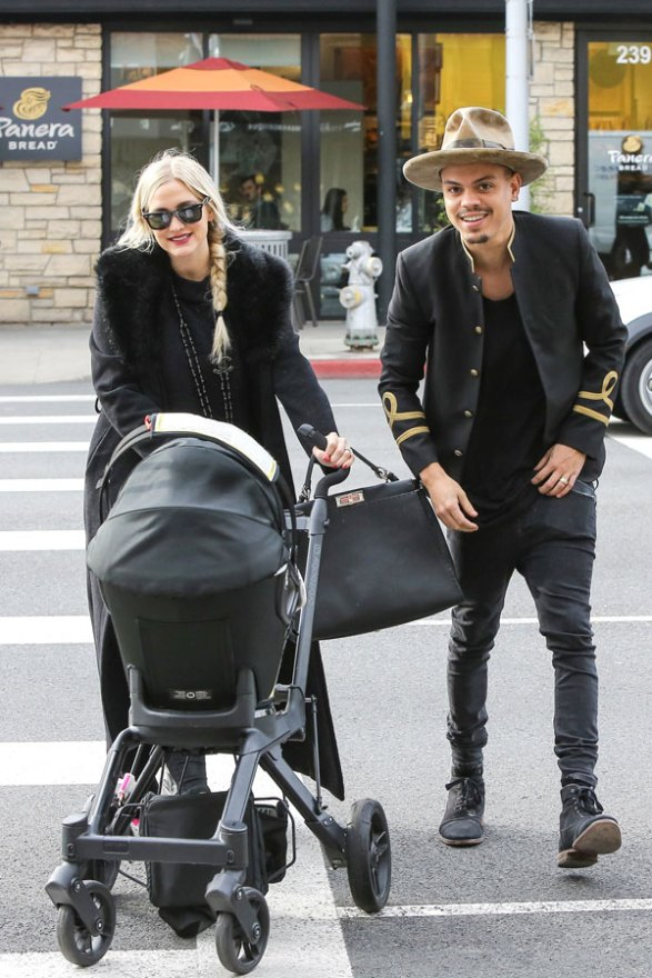 ashlee-simpson-evan-ross-jagger-snow-daughter-dote-lunch-photos-01