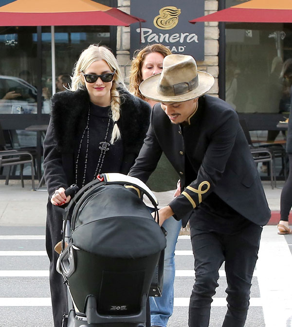 ashlee-simpson-evan-ross-jagger-snow-daughter-dote-lunch-photos-07