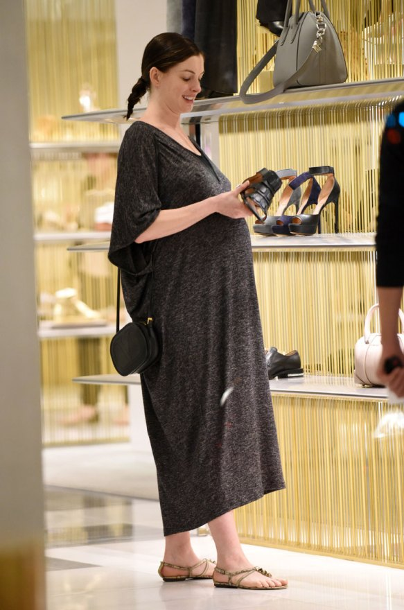 anne-hathaway-pregnant-pics-uncomfortable-final-trimester-03