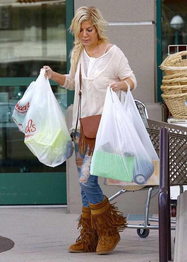 tori-spelling-broke-debt-shopping-pics-5