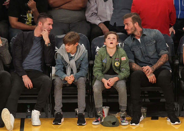 brooklyn-beckham-parents-holding-hands-instagram-divorce-rumors-06