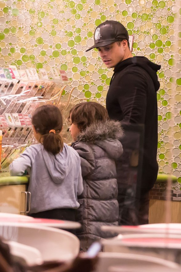 jennifer-lopez-boyfriend-casper-smart-takes-children-frozen-yogurt-07