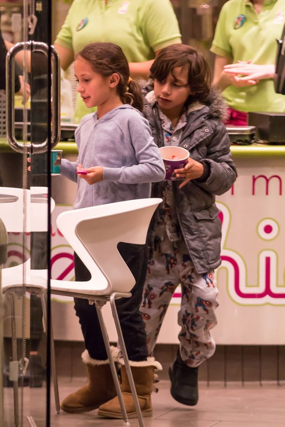 jennifer-lopez-boyfriend-casper-smart-takes-children-frozen-yogurt-09