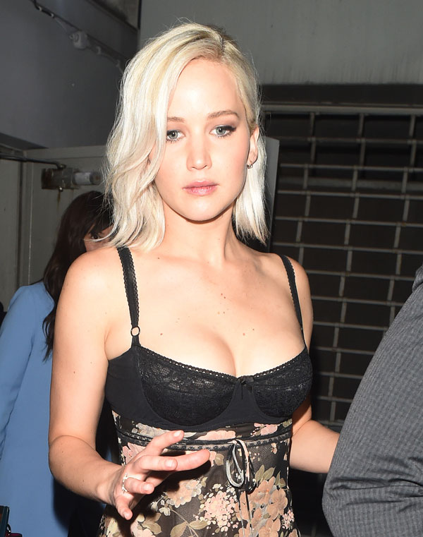 jennifer-lawrence-wardrobe-malfunction-boobs-cleavage-exposed-pics-06