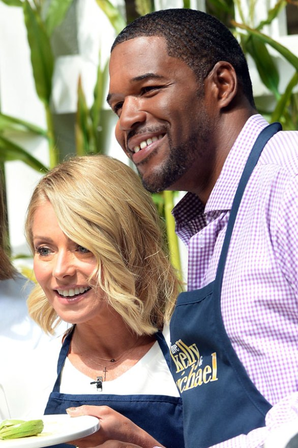 kelly-ripa-michael-strahan-feud-behind-the-scenes-live-with-kelly-and-michael-07