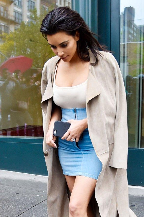 kim-kardashian-wardrobe-malfunction-weight-loss-post-baby-body-miniskirt-pics-04