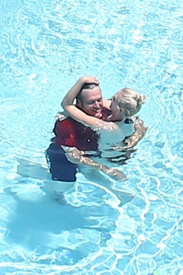 gwen-stefani-blake-shelton-pda-swimming-pool-01