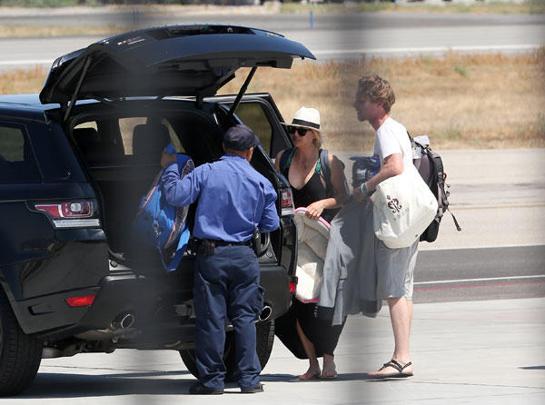 kaley-cuoco-karl-cook-dating-move-in-airplane-pics-03