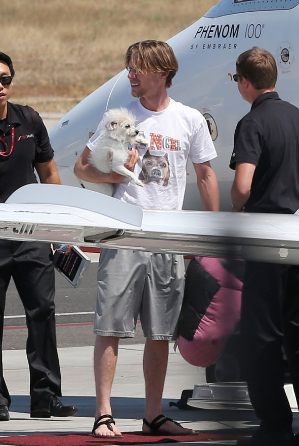 kaley-cuoco-karl-cook-dating-move-in-airplane-pics-04