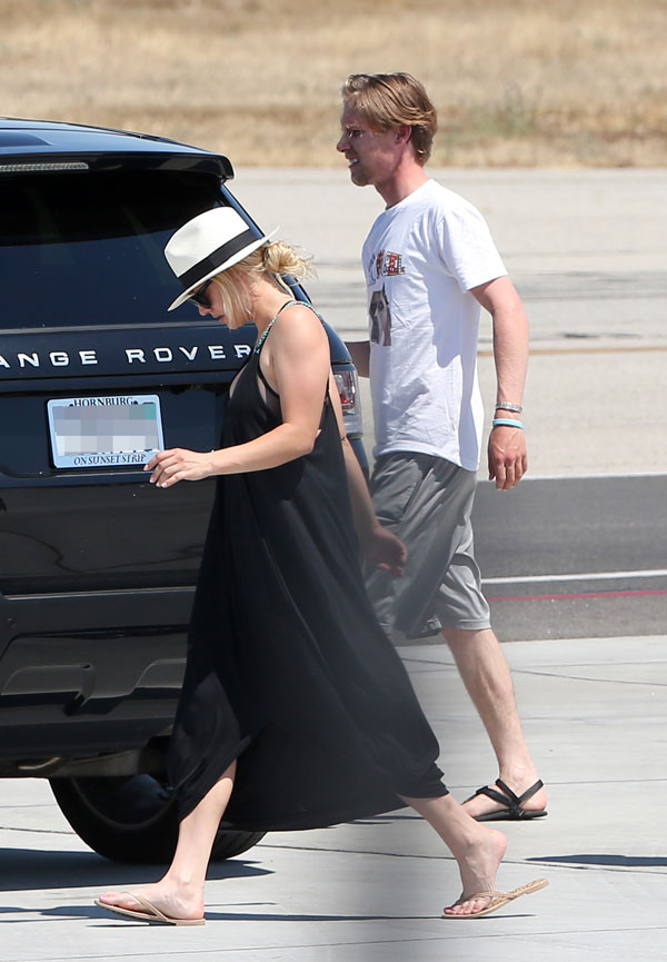 kaley-cuoco-karl-cook-dating-move-in-airplane-pics-09