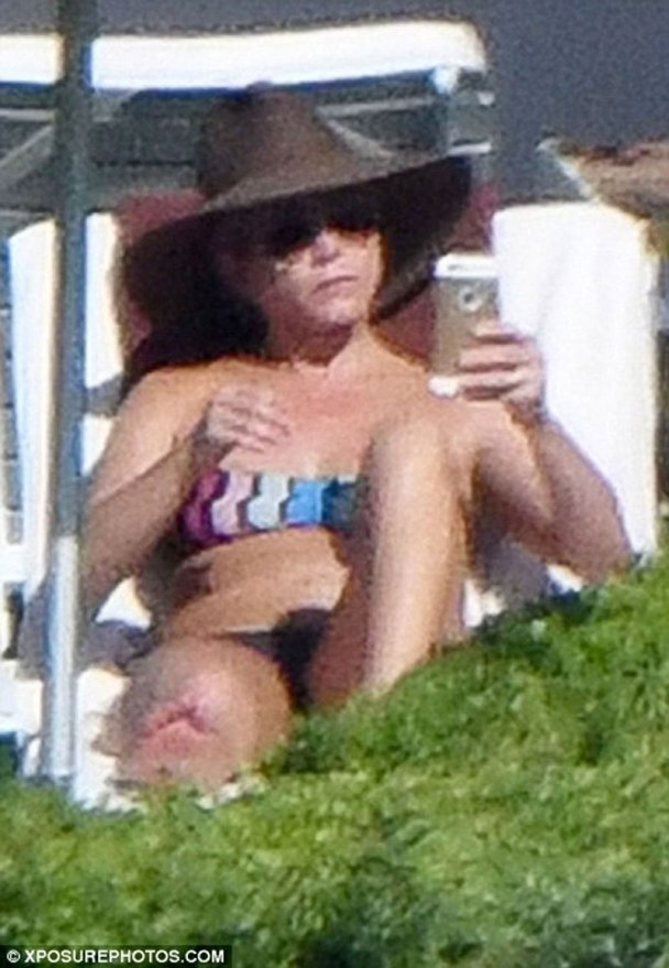 jennifer-aniston-topless-bikini-photos-vacation-italy01