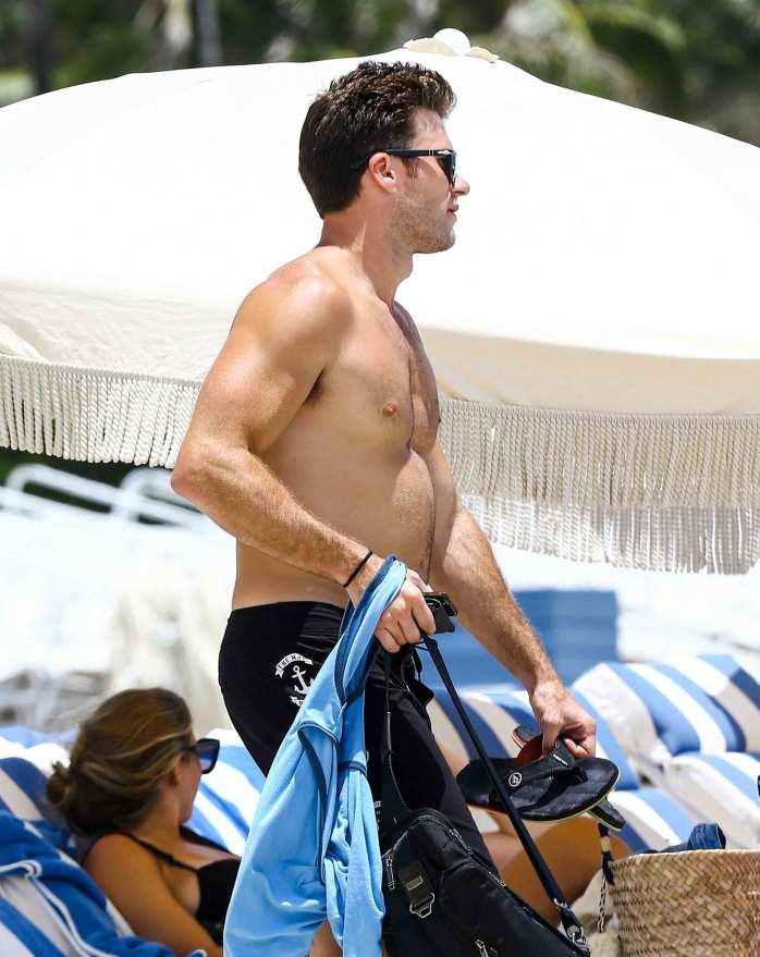 scott-eastwood-shirtless-naked-beach-pics-2