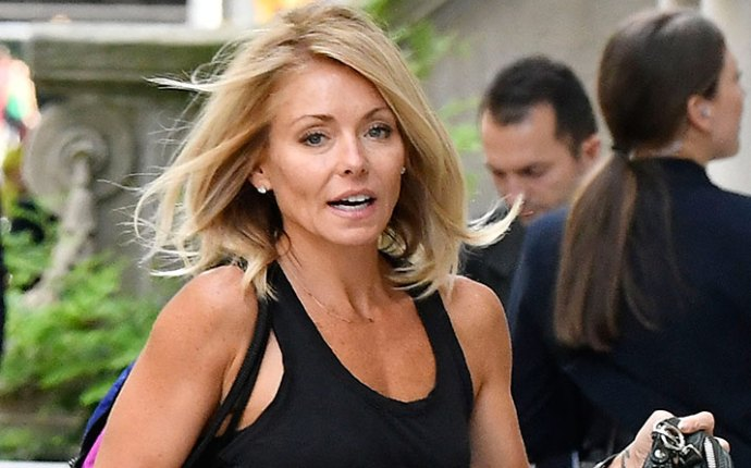 Kelly ripa spotted michael strahan slammed her not friends