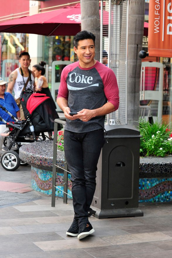 Mario lopez Arriving to the Extra Set