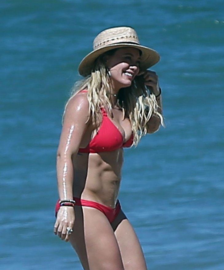 Hilary-Duff-Bikini-Beach-Mexico-07