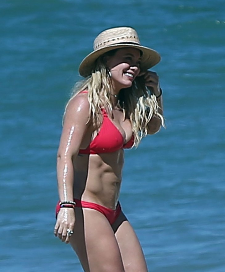 Hilary-Duff-Bikini-Beach-Mexico-07