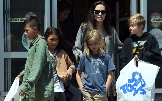 Angelina Jolie Takes Kids Shopping Toys R Us