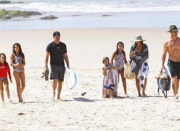 Chris hemsworth matt damon beach families easter