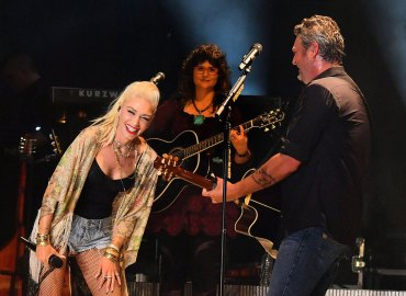 Gwen Stefani and Blake Shelton performing