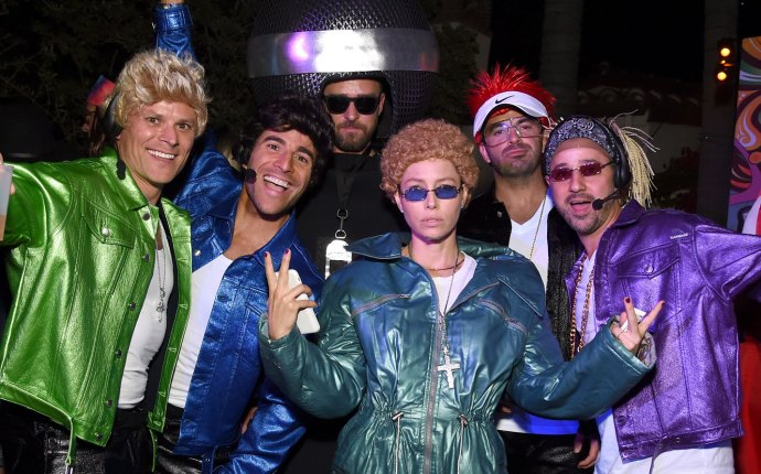 Justin Timberlake and Jessica Biel as the microphone and N'Sync
