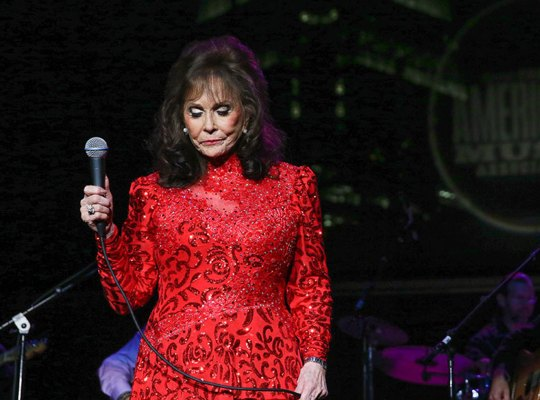 loretta lynn hospitalized health concert tour